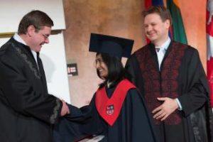 Palinkėjimas absolventams – būti darbštiems, išnaudoti naujas galimybes ir sugrįžti į savo Alma Mater