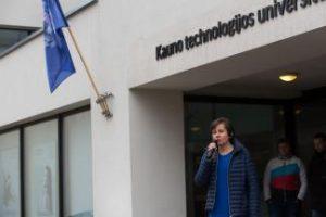 Universitete suplevėsavo Žemės vėliava