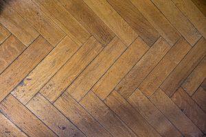 ąžuolinio parketo grindys, suklotos eglute
