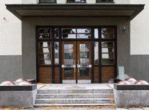 fasadų portalai su plokščiais stogeliais ir teraciniais išorės laiptai