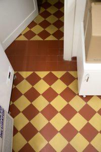 geltonų ir raudonų keramikinių plytelių, suklotų šachmatine tvarka danga 1
