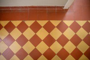 geltonų ir raudonų keramikinių plytelių, suklotų šachmatine tvarka danga 2