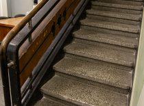 šiaurinės dalies teraco laiptai su grindjuostėmis