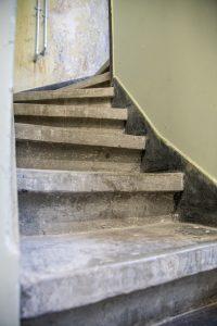 sukti teraco laiptai su grindjuoste iš 2 a. koridoriaus į antstatą 1