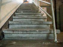 teraco laiptai su grindjuostėmis ir metaliniais turėklais iš rūsio į 1 a