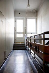 teraco laipteliai su grindjuoste iš 3 a. koridoriaus į terasą